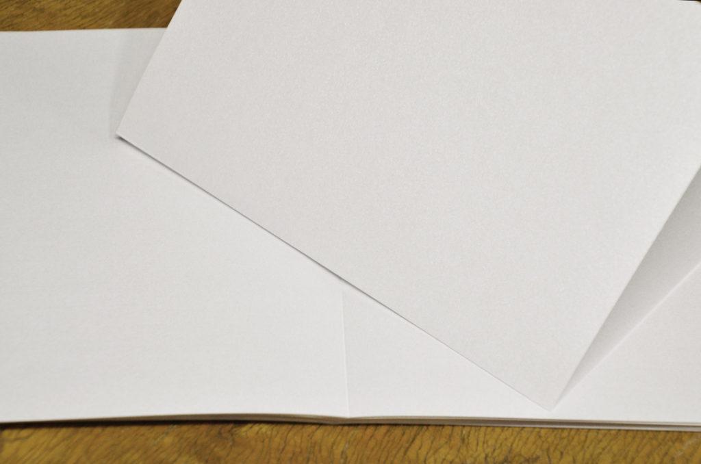 Postikortteihin ja esitteisiin tehdään nuuttaus, jotta arkki taittuu siistimmin.